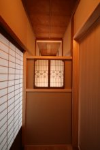 細工障子を再利用した階段室