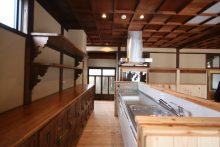 脱衣棚や棚受けを再利用した台所収納