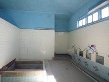 浴場・・・高天井のトップライトとランマから陽光